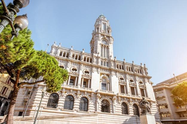 Утренний вид на здание мэрии на центральной площади города порту, португалия