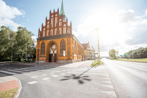 ポーランド、シュチェチンの聖ペテロとパウロ教会と通りの朝の景色