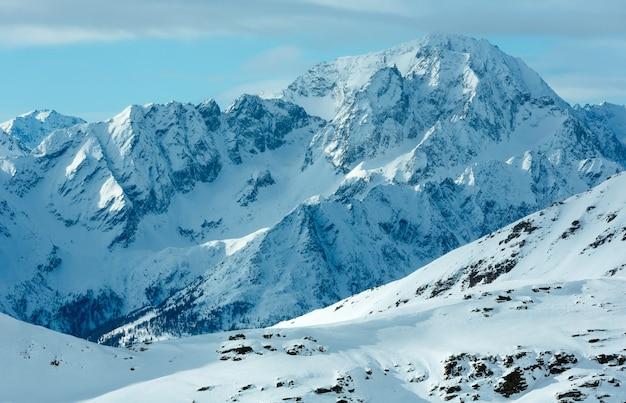 Утренний зимний горный пейзаж. горнолыжный курорт моллталер глетчер, каринтия, австрия.