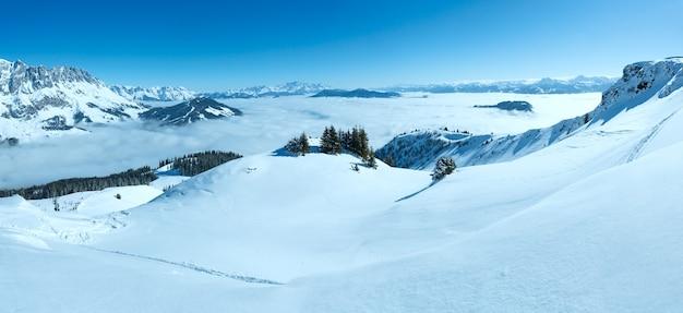 계곡 (hochkoenig 지역, 오스트리아) 아래에 구름과 아침 겨울 산 풍경. 모든 사람을 알아볼 수 없습니다.