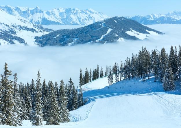 Утренний зимний горный пейзаж с облаками в долине ниже региона хохкениг, австрия