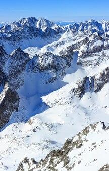 朝の冬の岩山の頂上垂直ビュー (スロバキア)。