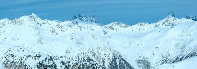 Утренний зимний пейзаж сильвретта альпы. горнолыжный курорт silvrettaseilbahn ag ischgl, тироль, австрия. панорама.