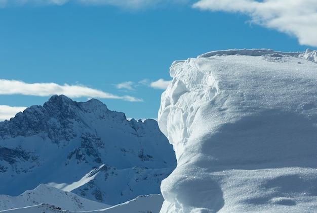 Утренний зимний пейзаж сильвретта альпы с сугробом