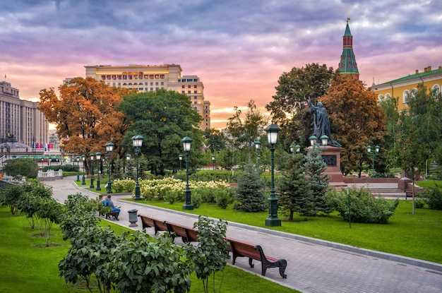 Morning with a beautiful sky over the alexander garden near the moscow kremlin