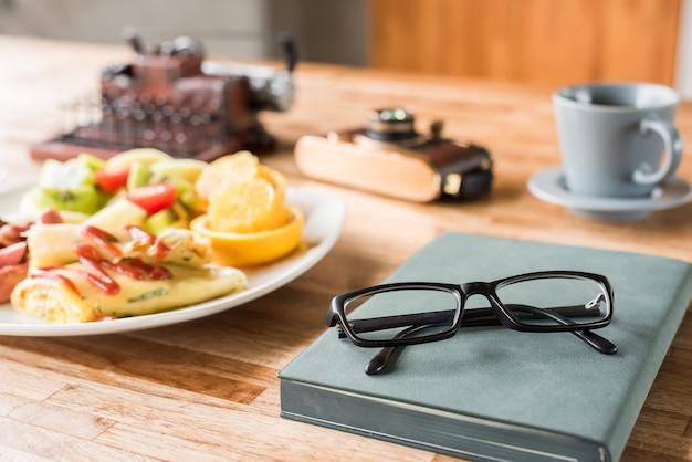 Утренняя работа с завтраком на столе с никем