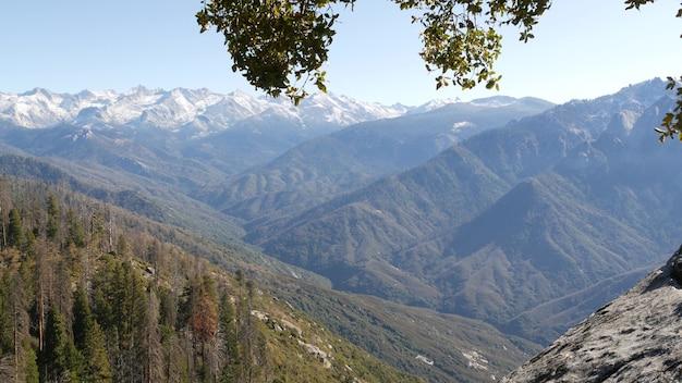 Утес моро в национальном парке леса секвойя, калифорния, сша. смотровая площадка гор, сьерра-невада.