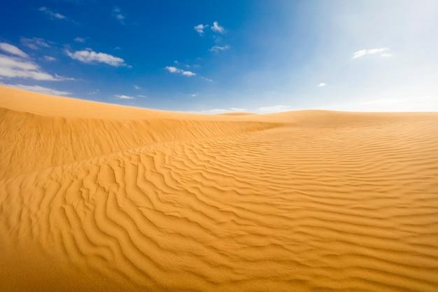 푸른 하늘 가진 모로코 사막 풍경입니다. 모래 언덕 배경입니다.
