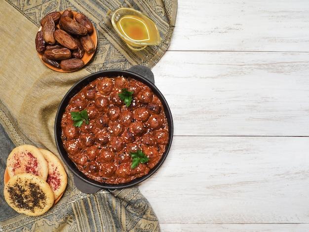 Марокканские фрикадельки из баранины. сочные мясные котлеты со специями.