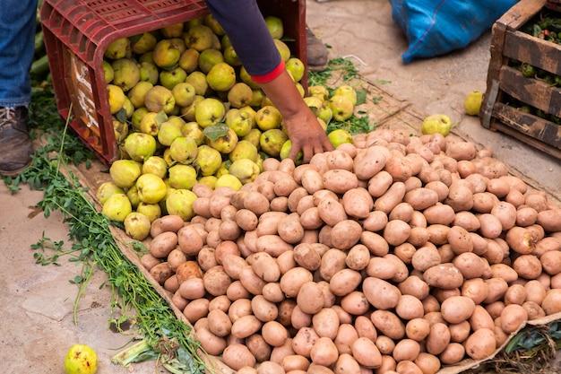 Марокканский местный рынок на улицах со специями, орехами, рыбой, фруктами и овощами