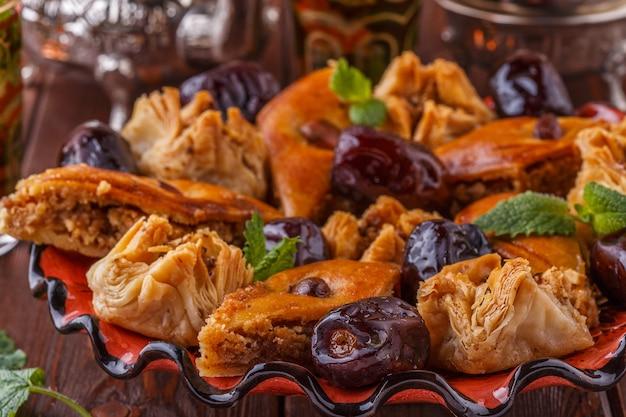 お菓子と伝統的なグラスでモロッコのミントティー