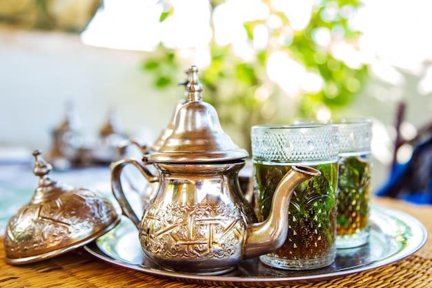 ティーポットでモロッコの伝統的な飲み物。
