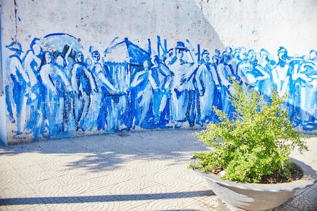 모로코의 푸른 도시 chefchaouene, 시장 거리가 파란색으로 칠해져 있습니다. chefchaouen의 아름다운 거리에 많은 상인. 하늘색의 마법 같은 동화 같은 도시. 모로코, chefchaouen 2017년 12월 14일