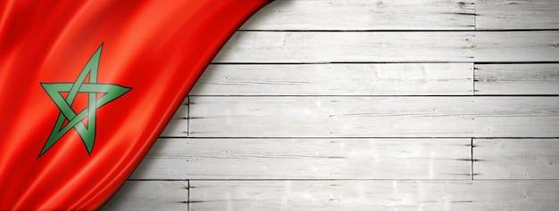 Флаг марокко на старой белой стене. горизонтальный панорамный баннер.