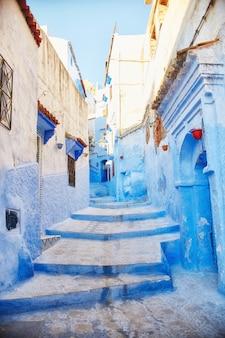 モロッコはシャウエンの青い都市で、青い色で描かれた果てしない道