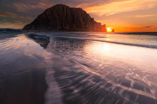 Морро рок на пляже морро бэй, калифорния