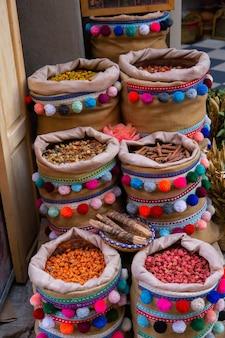 Марроканский местный рынок на улицах со специями, орехами, рыбой, фруктами и овощами