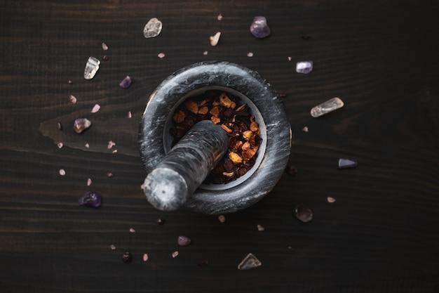 乳鉢と乳棒とスパイス。マルチカラーの石とクリスタル。魔術のナブル。