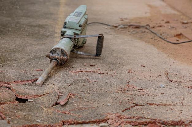 Раствор сверлильный станок на бетонном полу с трещинами