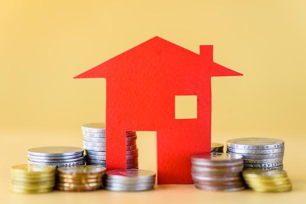 コインからのマネーハウスによる抵当概念。ビジネスとお金を節約するコンセプト。