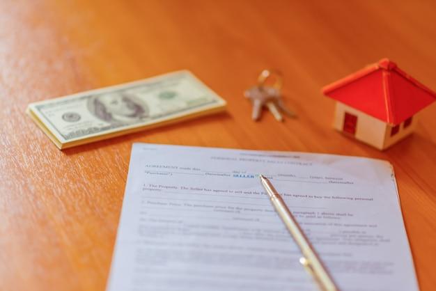 Ипотечный договор на продажу недвижимости с ручкой и ключами от дома
