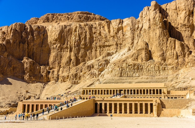 Заупокойный храм хатшепсут в дейр-эль-бахари, египет