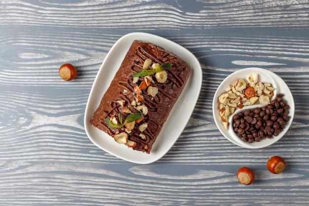모자이크 초콜릿과 비스킷 케이크