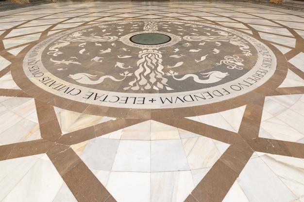 카탈로니아, 스페인의 몬세 라트 산타 마리아 데 몬세 라트의 베네딕토 회 수도원 입구에있는 모자이크 바닥