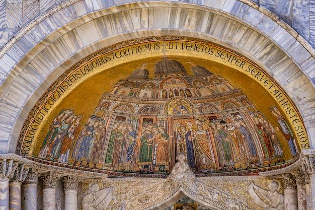 イタリア、ベニスのサンマルコ寺院のサンアリピオファサードドアにある聖マルコの遺体の翻訳のモザイク