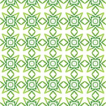 モザイクのシームレスなパターン。緑のまばゆいばかりの自由奔放に生きるシックな夏のデザイン。テキスタイルレディの魅力的なプリント、水着生地、壁紙、ラッピング。手描きの緑のモザイクのシームレスな境界線。