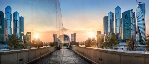 모스크바 도시와 일몰에 유리에서의 반사