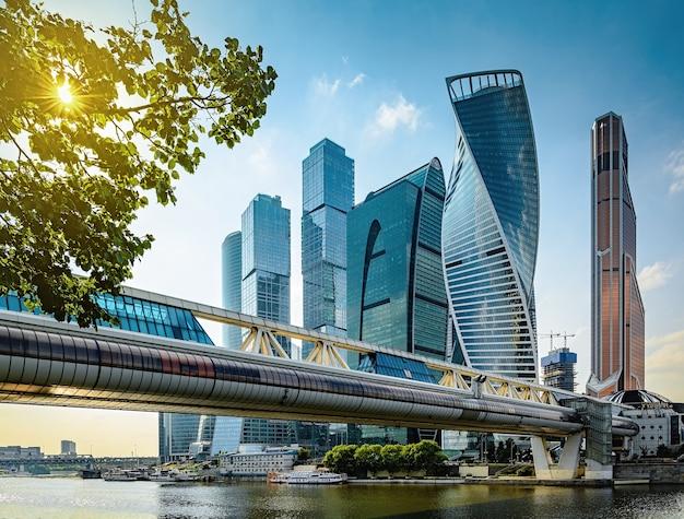 Москва-сити - высокие современные футуристические небоскребы ммдц