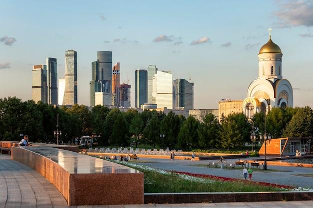 Москва-сити рядом со старыми домами. krntrust в архитектуре. москва, россия