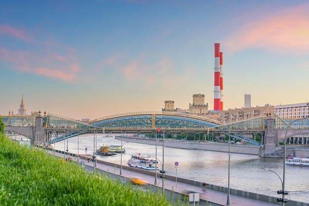 Деловой район горизонта города москвы и москва-река в россии на закате