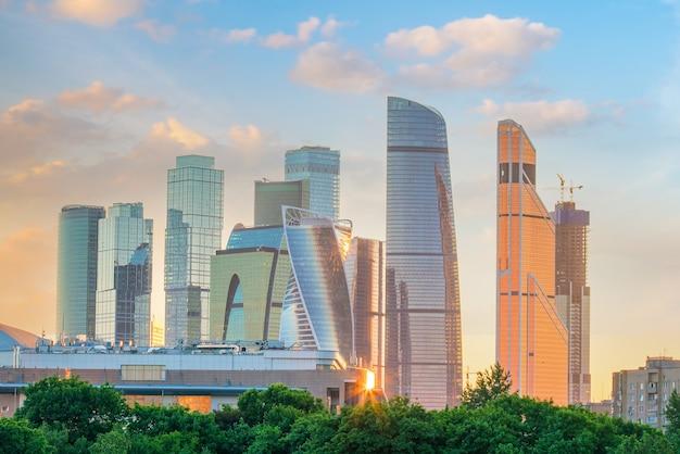 Деловой район москва-сити на фоне линии горизонта в россии на закате