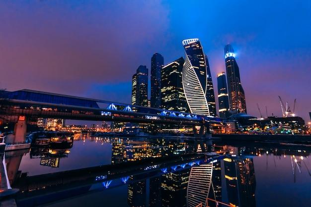 Московские городские башни небоскребов и мост багратион у реки в российской столице