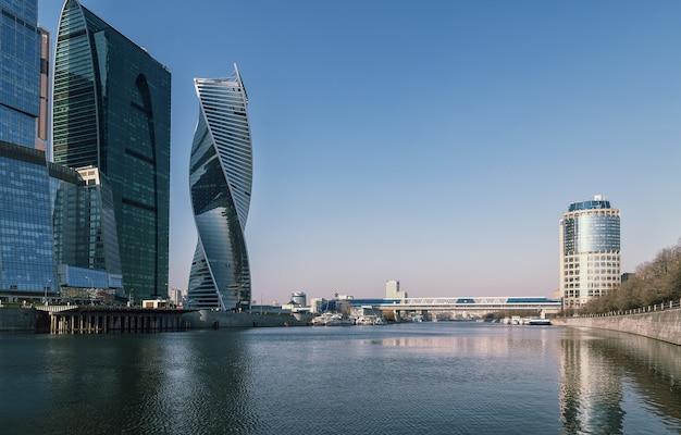 Московский международный деловой центр, также называемый москва-сити, - это коммерческий район в центре москвы, россия. расположен недалеко от третьего транспортного кольца в пресненском районе на западе москвы.