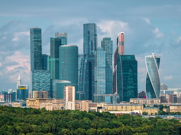 晴れた日のモスクワ国際ビジネスセンター。市内のビジネス地区。