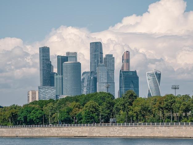 晴れた日のモスクワ国際ビジネスセンター。市内のビジネス街