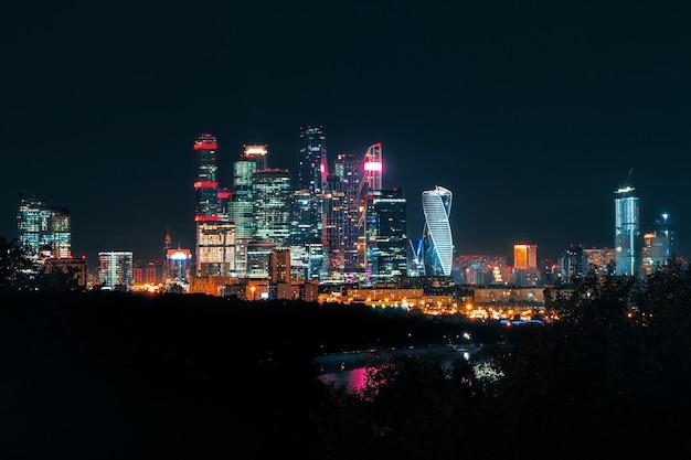 夜のモスクワ国際ビジネスセンター
