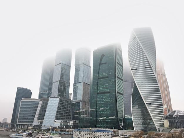 Московский международный бизнес центр москва сити, россия. вид бизнес-центра в туманный день