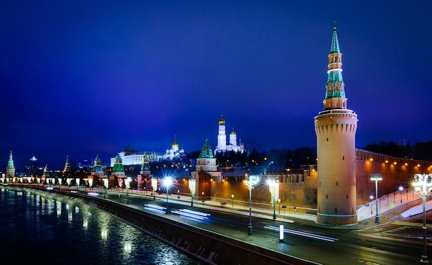 冬のモスクワクレムリンとモスクワ川の堤防の夜景、ロシア