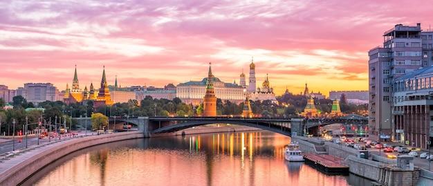 Московский кремль и река утром, россия
