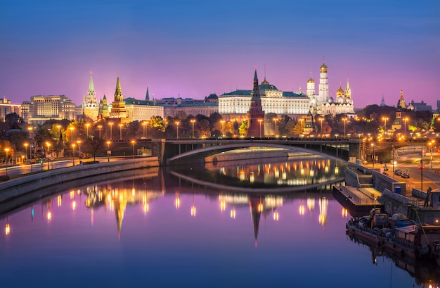 Moscow kremlin and the bolshoi kamenny bridge with mirror reflection under the pink sky
