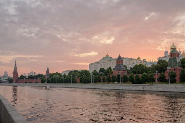 Набережная московского кремля и москва-река на закате. архитектура и достопримечательность россии.