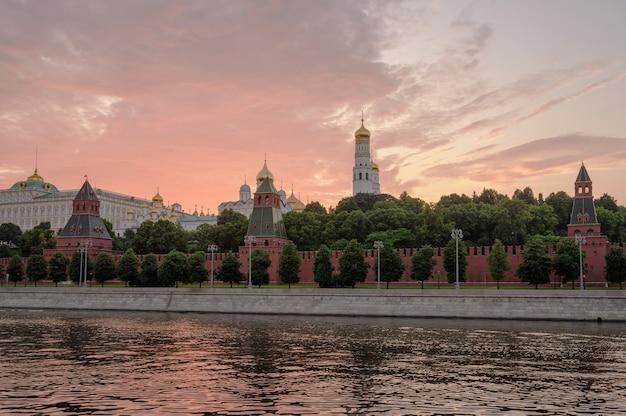 日没時のモスクワクレムリン堤防とモスクワ川。ロシアの建築とランドマーク。