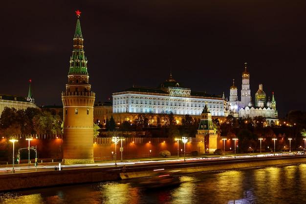 Московский кремль с ночным освещением против москвы-реки