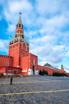 Московский кремль с спасской башней в центре города на красной площади, москва, россия