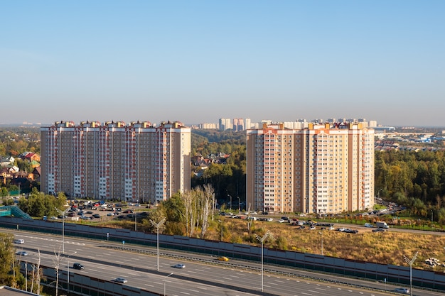 Московский микрорайон, современный жилой комплекс для семей, вид сверху.