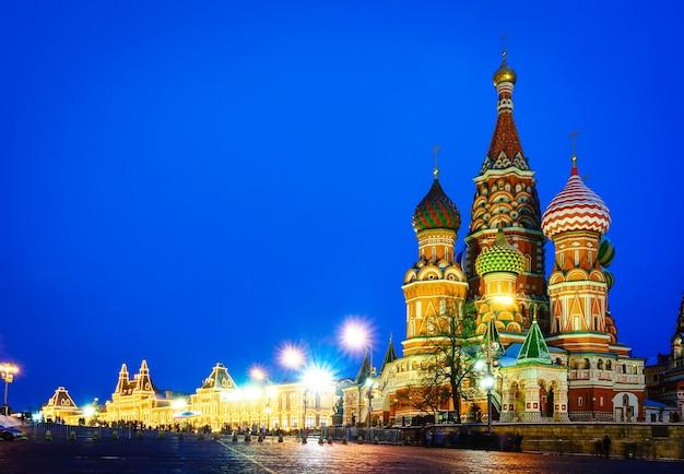 赤の広場と聖ワシリイ大聖堂のモスクワの夜景